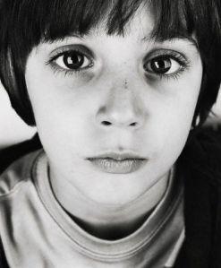 ¿qué tiene que ver si este niño tiene SIDA o no?, igual su mirada es de inocencia...