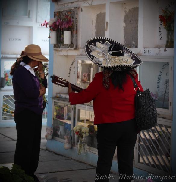 La mariachi en el cementerio